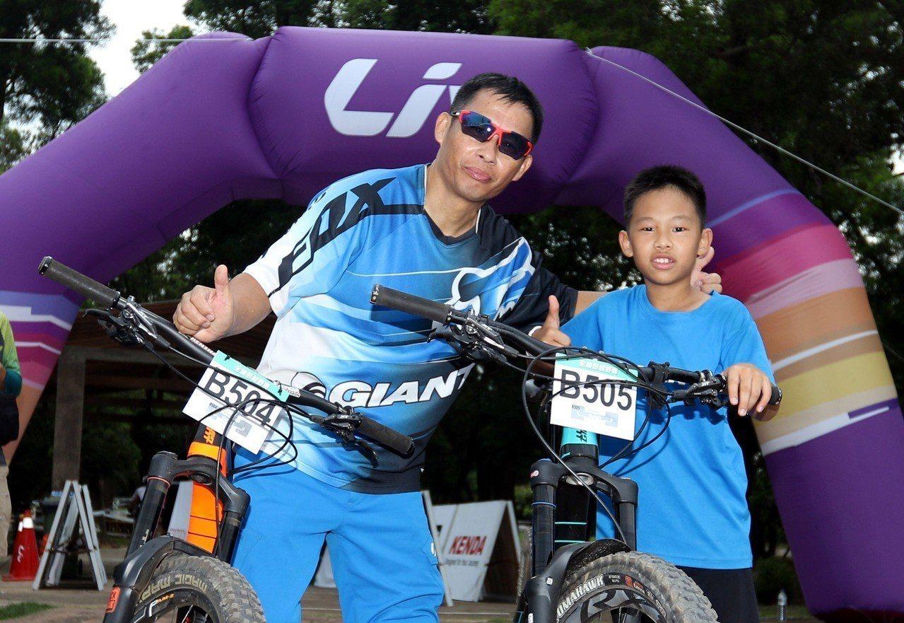 12歲的劉子齊(右)會參與自行車競賽, 是受到爸爸劉才華的影響。圖/捷安特提供