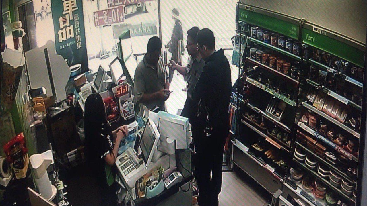 林姓中年男子誤以為孩子被人綁架,趕緊到超商要匯款贖人, 員警路過發現主動幫忙阻詐...