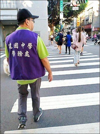 教官逐步退出校園,台北市建國中學改聘身著紫背心的「學務創新人力」校安人員替補。圖...