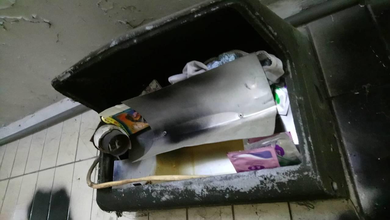 水上鄉正義人行地下道,內部不僅髒亂還有女用內褲、保險套「寄放」在損壞的照明燈座。...