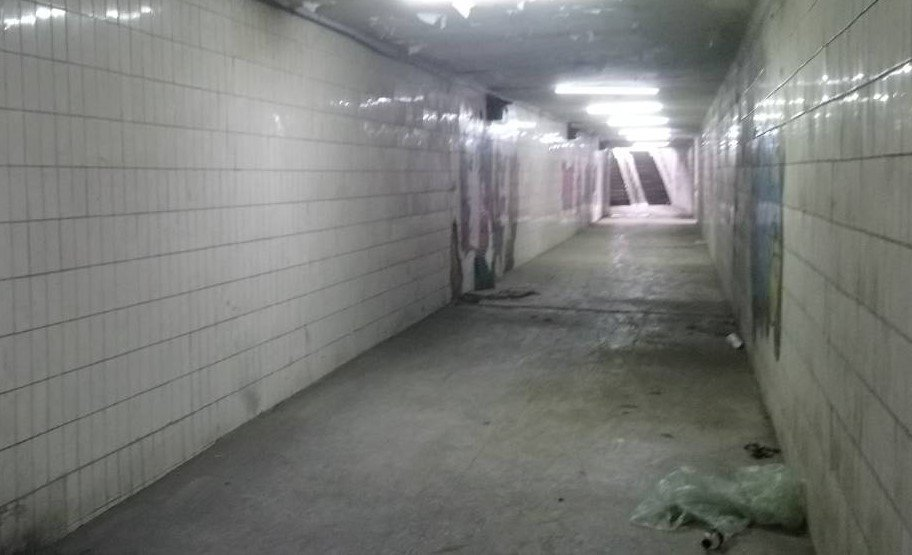 正義地下道內部有許多塗鴉,環境髒亂。記者卜敏正/攝影