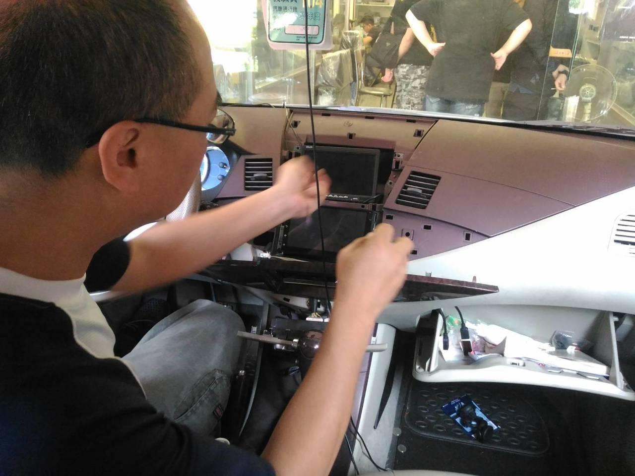 南台科技大學擔任電子工程系副教授李博明,在開設的「車用電子」課上把自家車開來讓學...