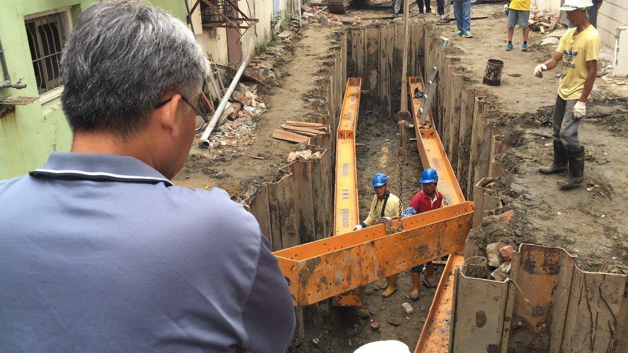 台南市府在中華路巷弄內緊急開挖新排水箱涵,預計明天中午前可通水,因應即將來襲的颱...