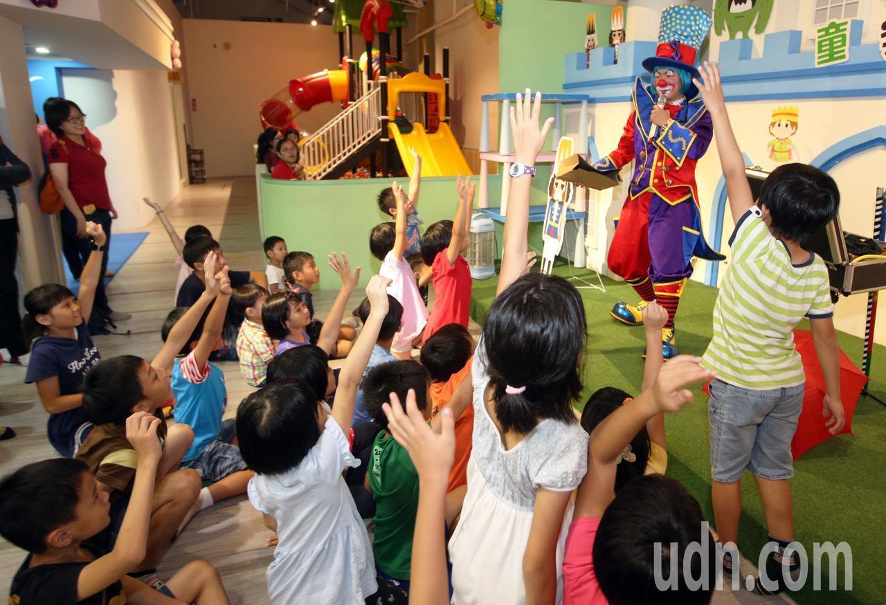 高雄童樂島餐廳邀請育幼院孩童享用美味的buffet大餐,還有精彩的魔術秀表演,讓...