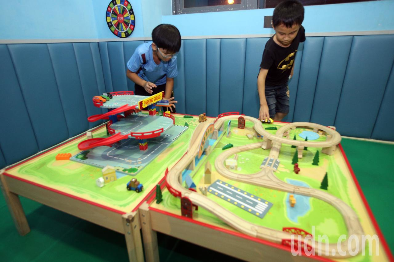 高雄童樂島餐廳邀請育幼院孩童享用美味的buffet大餐,讓小朋友們開心提前過中秋...