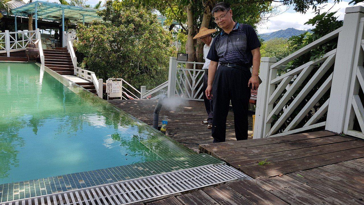 明湖水漾會館泳池水質好,吸引蜜蜂取水,為避免驚擾遊客也不想傷害蜜蜂,養蜂班想出利...