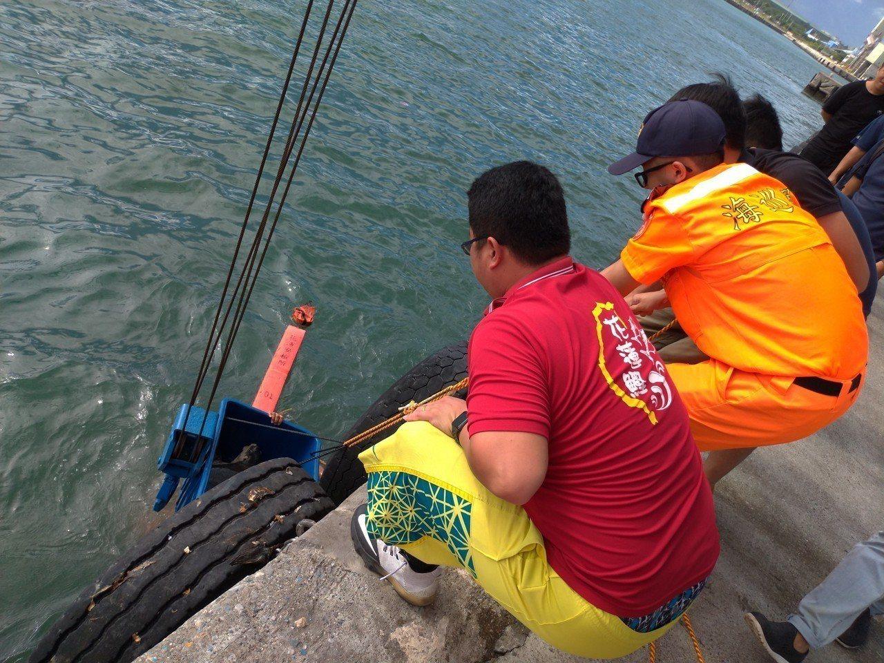 海巡署東部分署第一二岸巡隊昨獲報後,緊急將海龜救起。圖/海巡提供