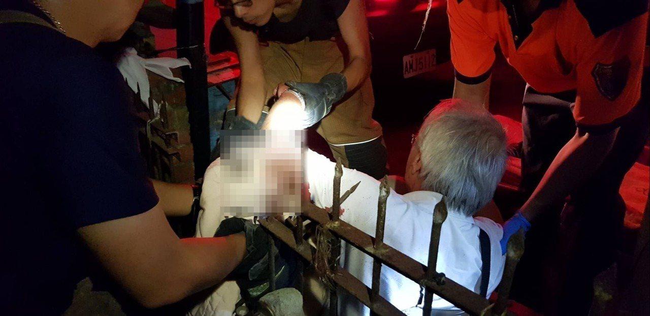 徐姓男子手臂被尖尖鐵欄杆刺穿。記者吳政修/翻攝