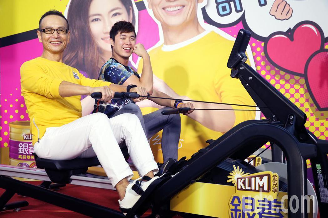 任爸在記者會中與民眾PK划船機 。記者徐兆玄/攝影