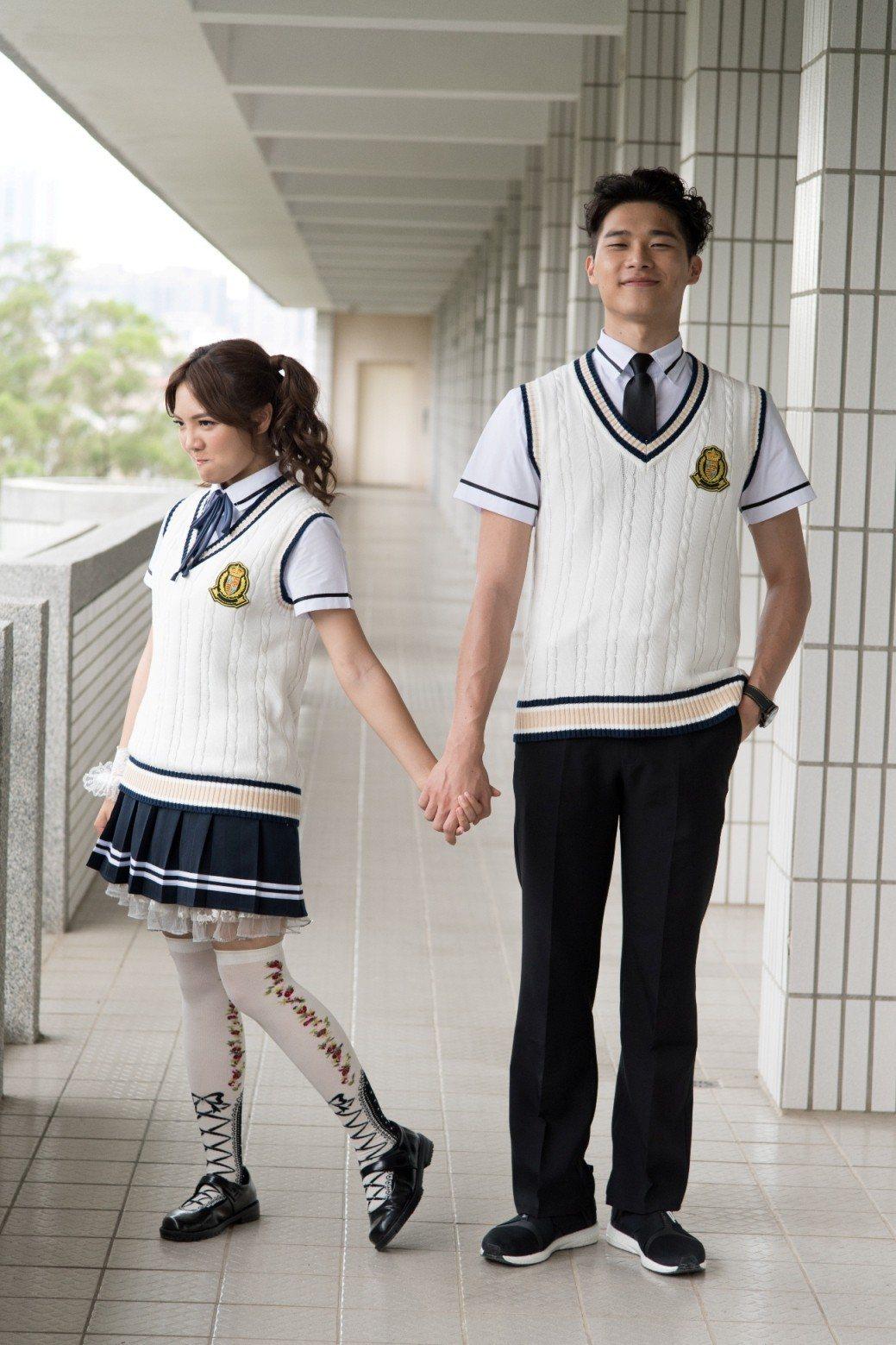 宋緯恩(右)和何美在「高校英雄傳」是小情侶  圖/三立提供