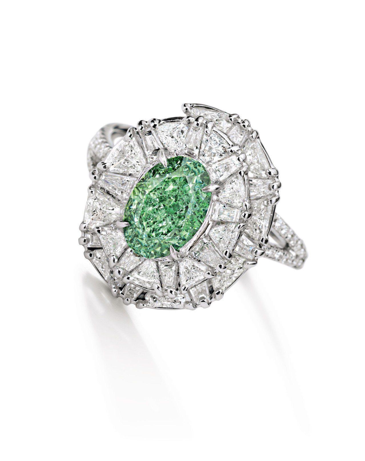 1.53 克拉艷彩綠色VS2淨度鑽石戒指,估價約4,700萬元。圖/蘇富比提供