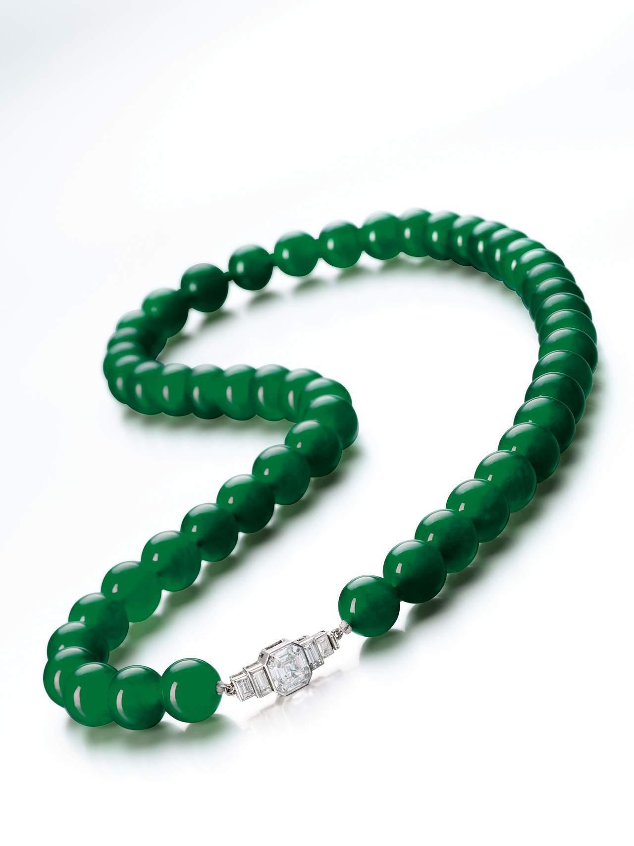 天然翡翠珠配鑽石項鏈,尚美鑽石扣,估價約1.49億元起。圖/蘇富比提供