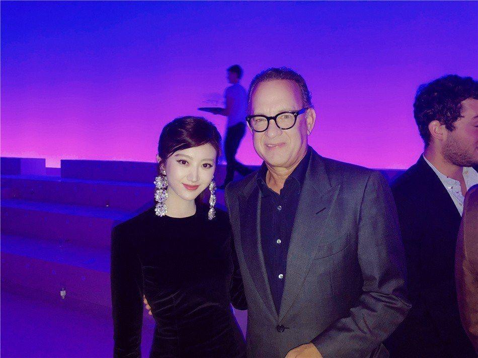 景甜(左)在紐約時裝周上與奧斯卡影帝湯姆漢克(右)合影。圖/景甜經紀人提供