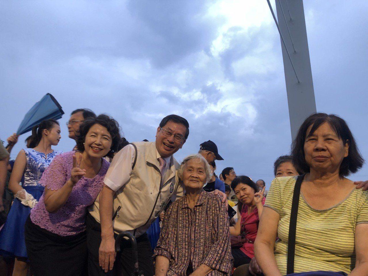 位於八掌溪畔的景觀斜張橋「彌陀映月橋」今天傍晚舉行通行啟用典禮暨音樂晚會,市長涂...