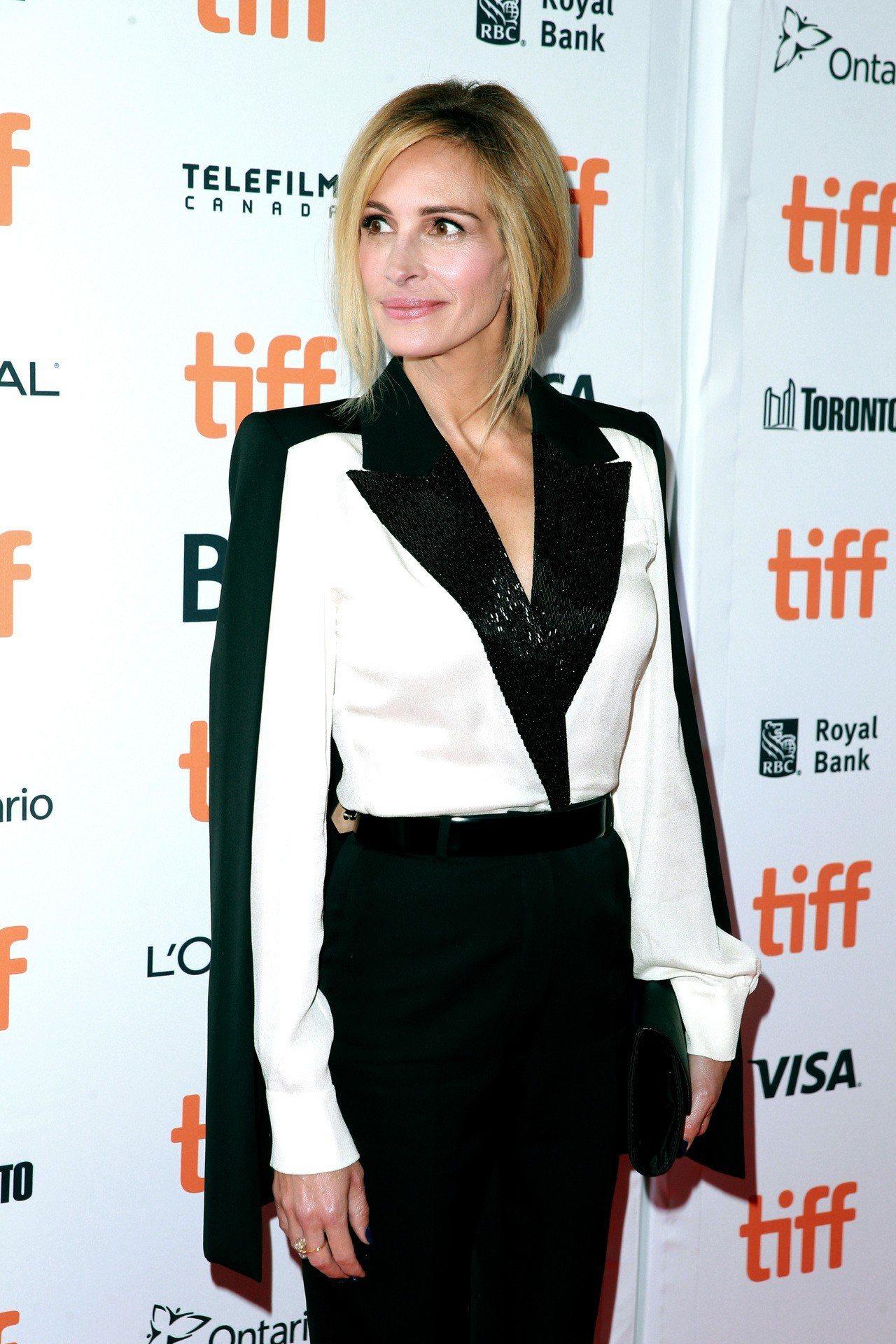 茱莉亞羅勃茲這套GIVENCHY的黑白褲裝相當出色。圖/GIVENCHY提供