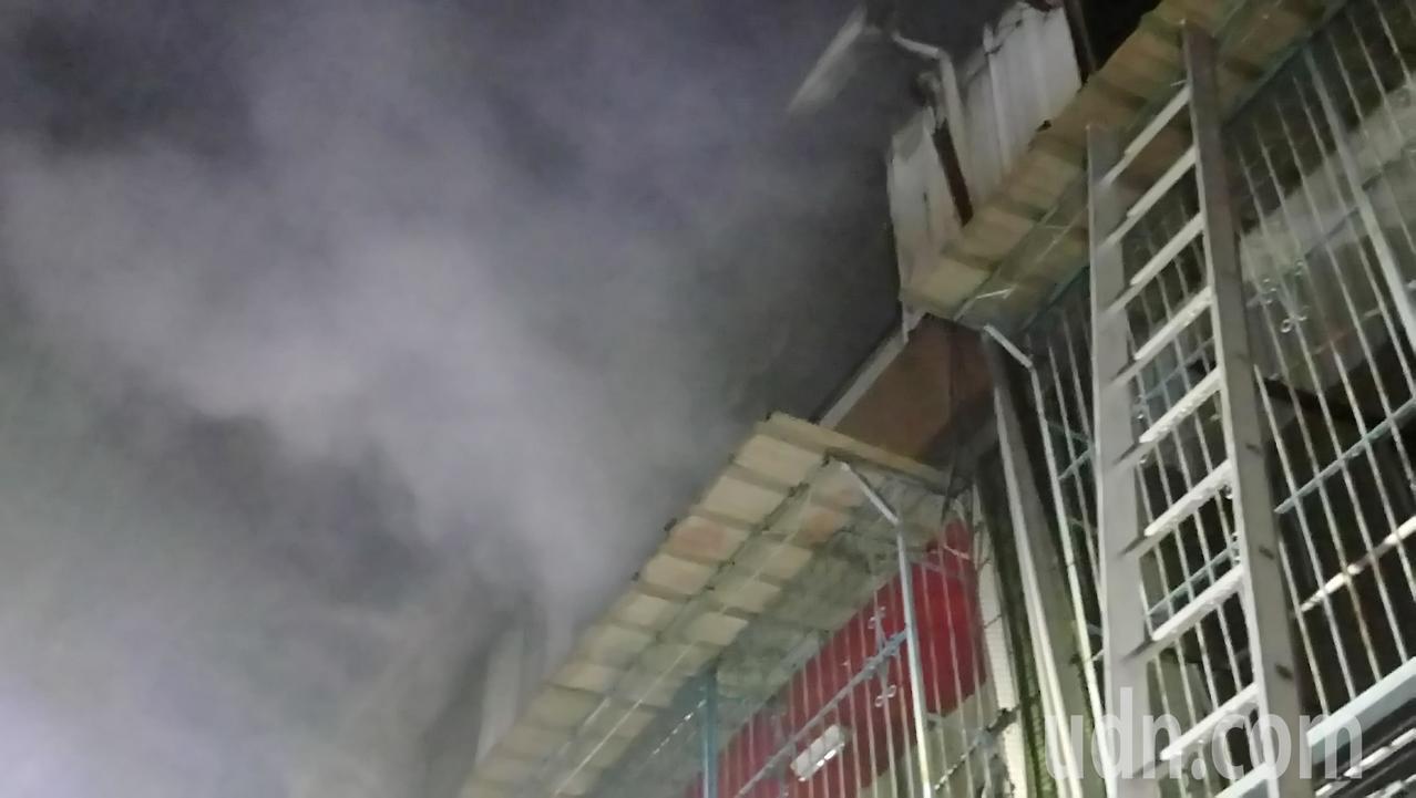 嘉義縣大林鎮明華路74巷今天傍晚發生火警,現場濃煙不斷。 記者卜敏正/攝影