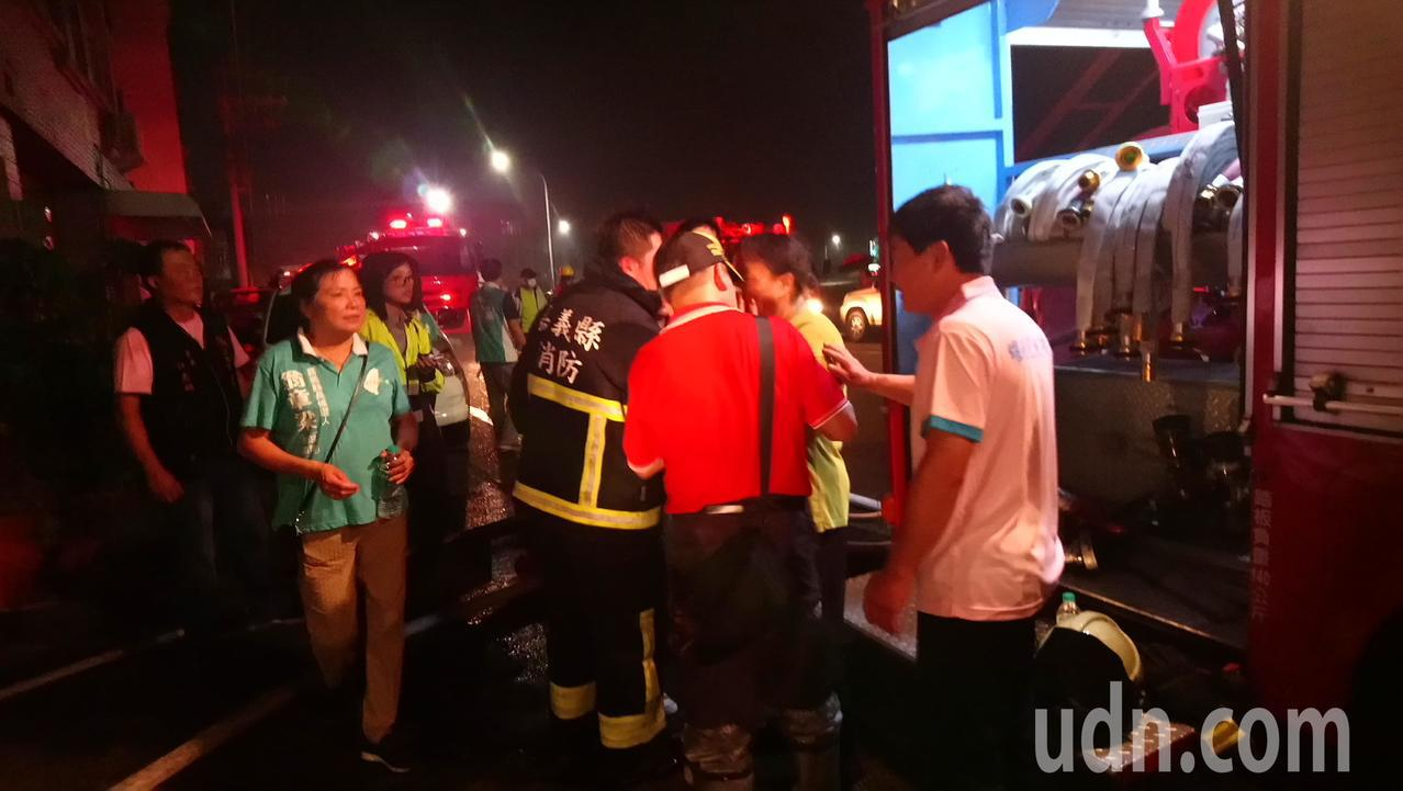 黃姓屋主疑緊張摔倒,消防員正在幫她查看傷勢。記者卜敏正/攝影