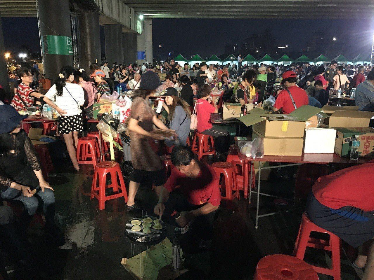 立委高志鵬協辦的中秋親子聯歡烤肉晚會今晚在三重龍門路堤防內舉行,有5千人參加。記...