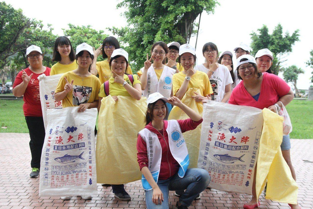 熱心環保的民眾在旗津冒雨響應「Lets do it!」公民活動。圖/主辦單位提供