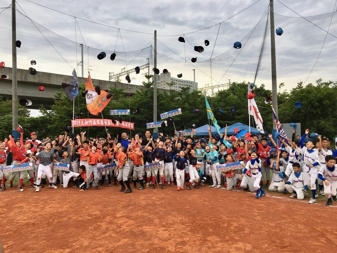 大新竹贏家盃社區少棒錦標賽今天在竹北世興棒壘球場展開,現場有將近200位棒球小將...