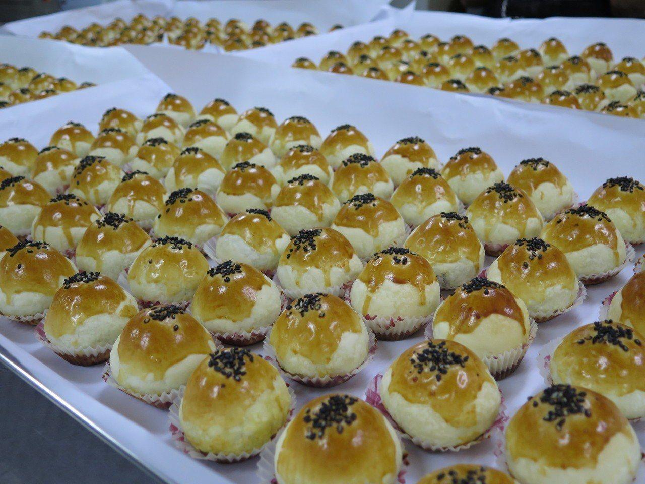 桃園區農會每到中秋前夕都在趕工做月餅,其中香酥可口的蛋黃酥很受歡迎。記者張裕珍/...