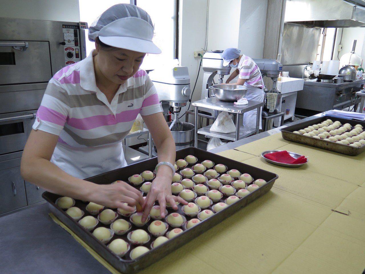 桃園區農會每到中秋前夕都在趕工做月餅,傳統的綠豆凸也受到消費者喜愛。記者張裕珍/...