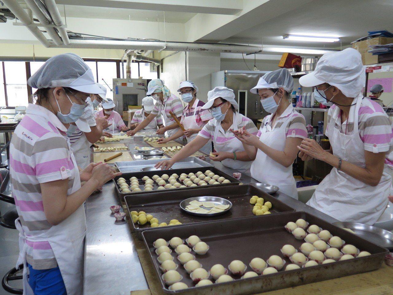 桃園區農會每到中秋前夕都在趕工做月餅,生產線來自供銷部、信用部等部門員工,完全不...