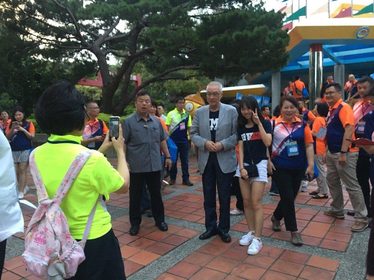 國民黨主席吳敦義特別出席,受到熱烈的歡迎,許多人搶著合照。記者陳斯穎/攝影