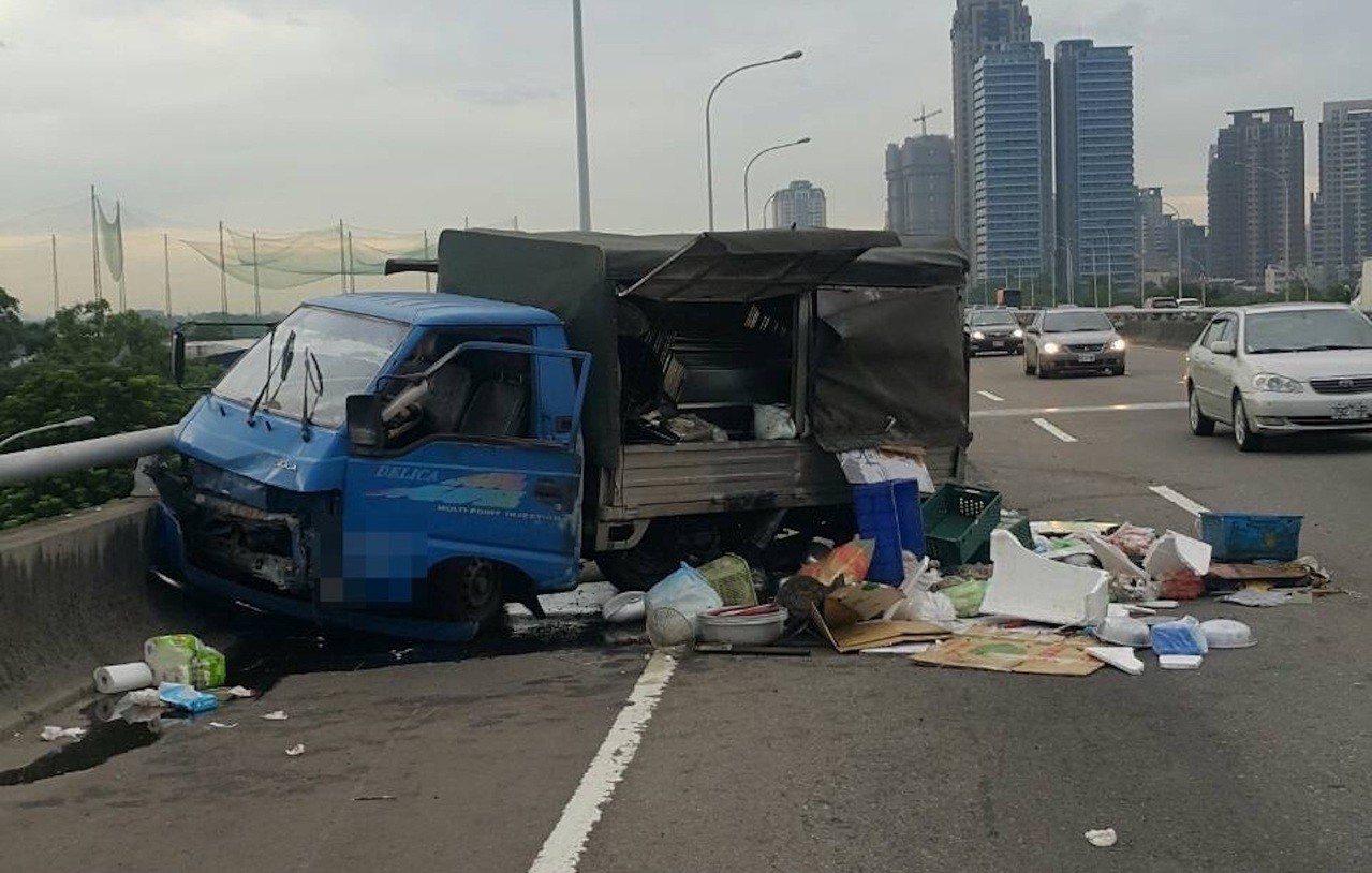 台中市台74線8.9公里處今天下午4時許,有一輛載滿烤肉器具的貨車疑因爆胎,自撞...
