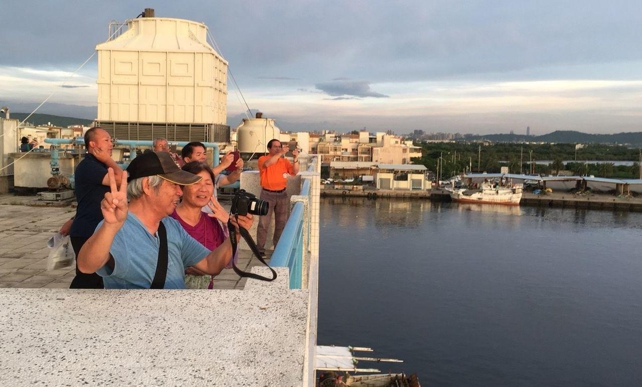 到蚵仔寮渔港可大啖現撈海鮮,還能登高欣賞漁港落日餘暉。記者王昭月/攝影