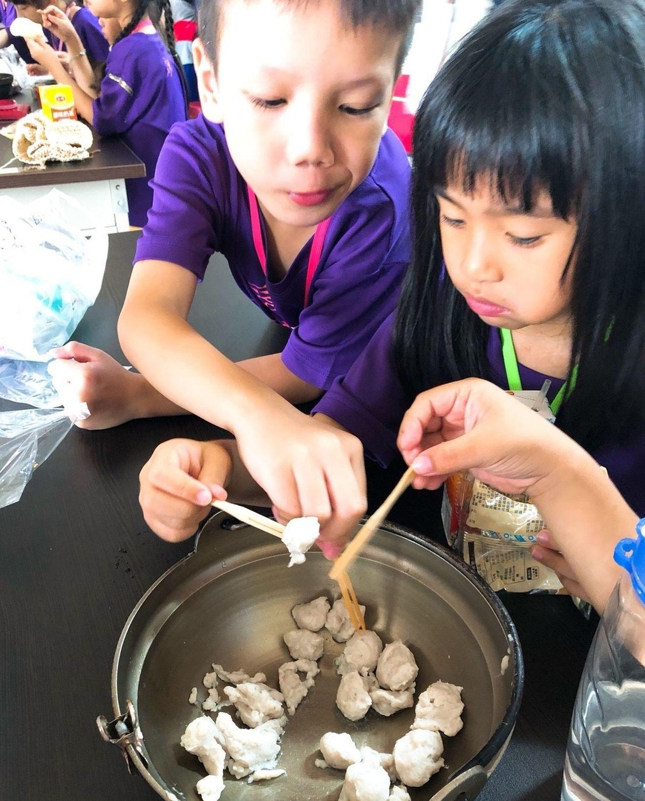高雄蚵仔寮渔港力推輕旅行遊程,豐富的生態及各式體驗活動,成為國中、小熱門的戶外去...