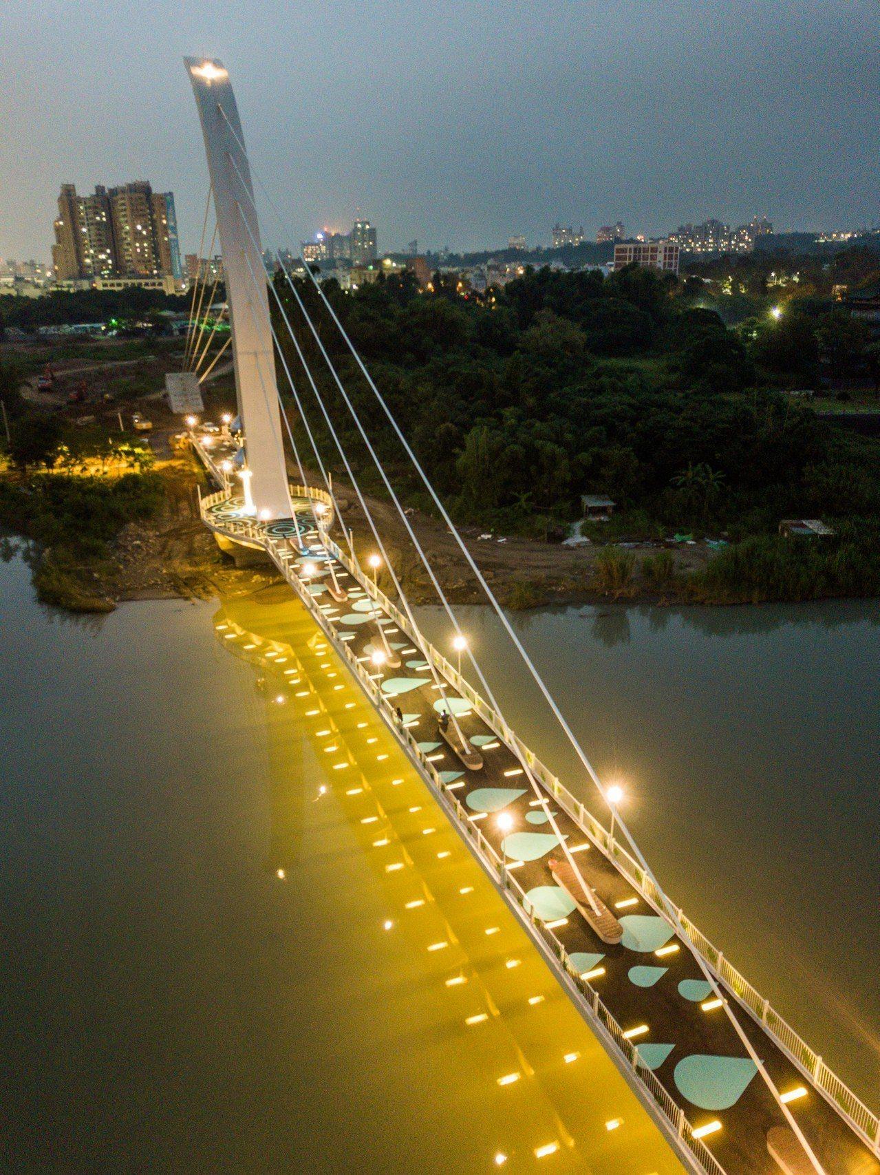 嘉義市「彌陀映月橋」全長222公尺,跨河主跨徑115公尺,橋塔高約50公尺,今天...