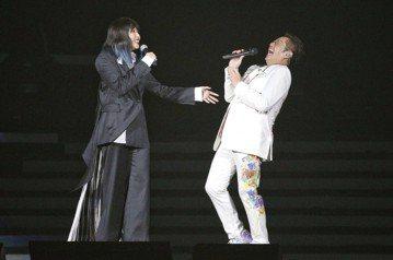 68歲、人稱「校長」的譚詠麟15日晚上以最高齡華人歌手站上台北小巨蛋舉行「銀河歲月40載世界巡迴演唱會」,在唱完「你知我知」、「像我這樣的朋友」後,他興奮地向老朋友問好:「各位來自各地的朋友,為什麼...