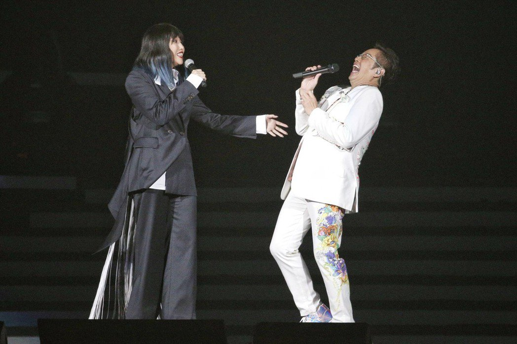 A-Lin(左)與譚詠麟合唱「遊子」。記者林伯東/攝影