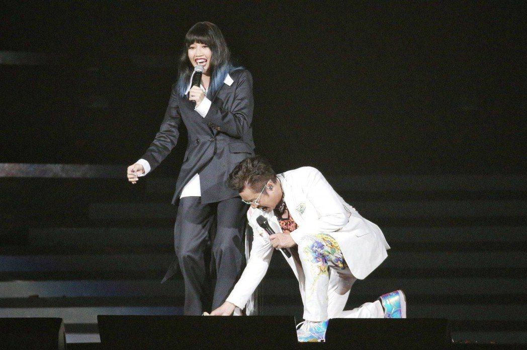A-Lin(左)的高跟鞋意外卡在舞台,譚詠麟連忙幫她用力拔出。記者林伯東/攝影