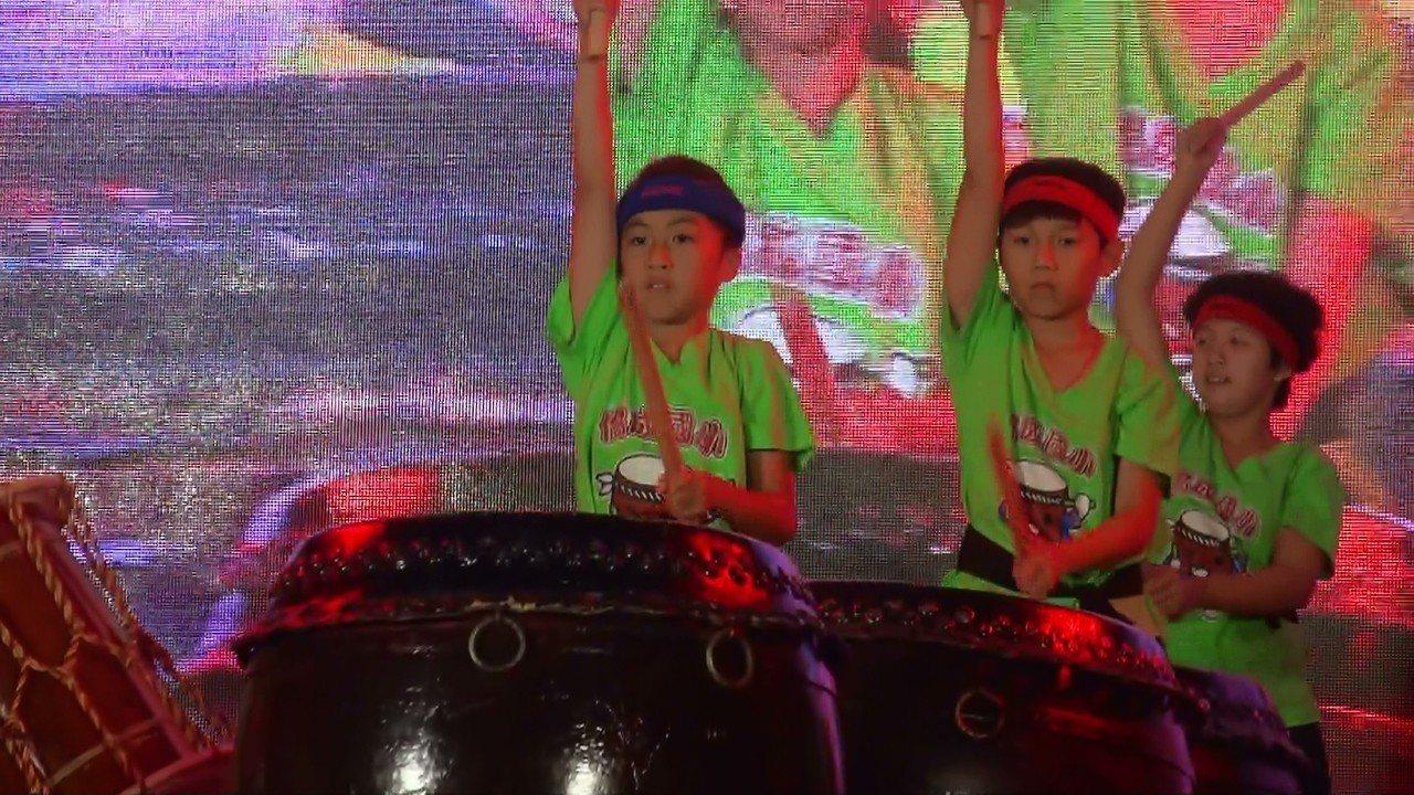 三義鄉僑成國小在會場表演太鼓。記者胡蓬生/攝影