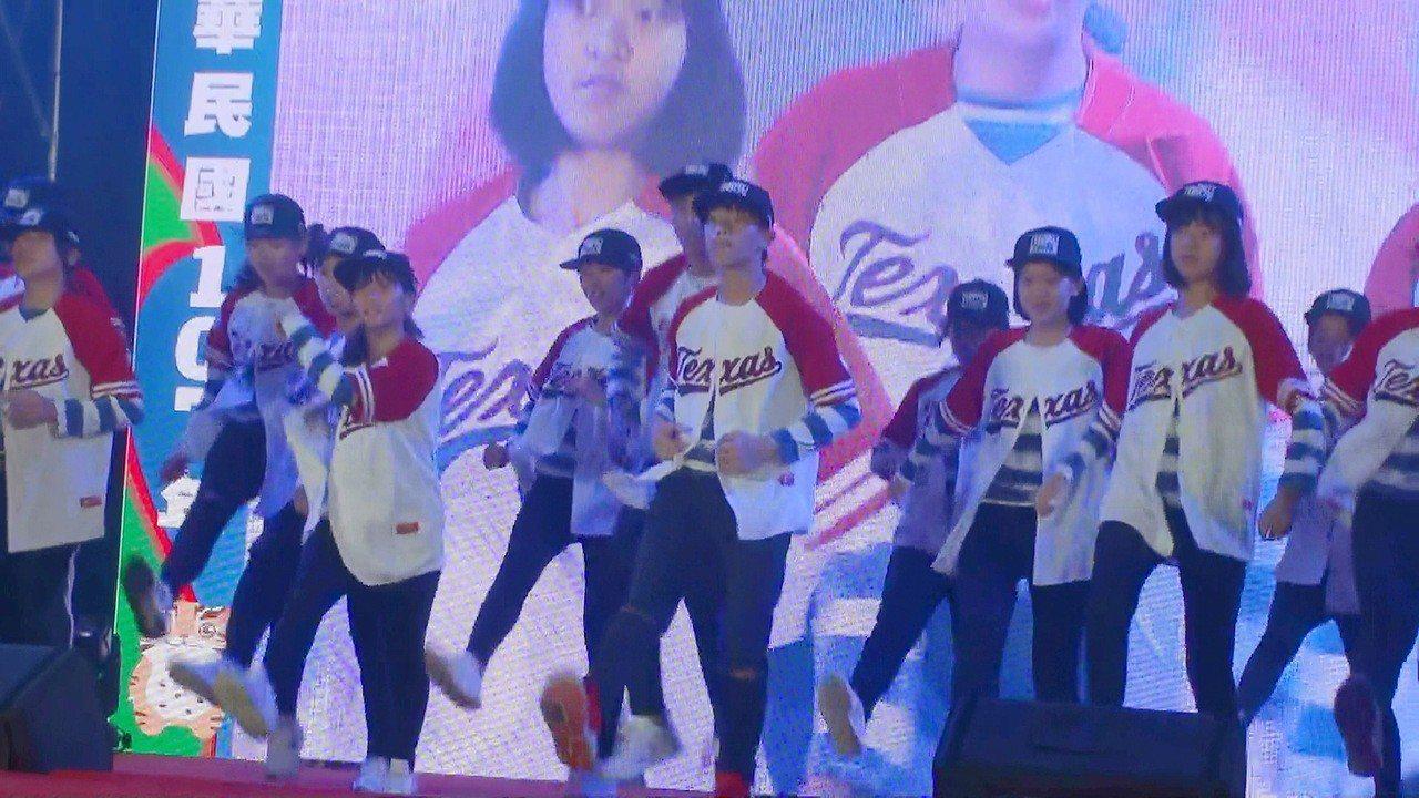 南湖國中學生表演熱情的街舞。記者胡蓬生/攝影