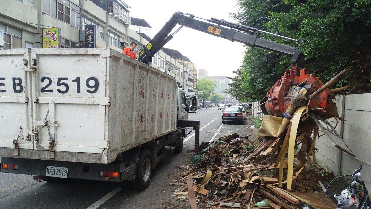 員林清潔隊昨天協助國立崇實高工清除舊宿舍區的廢棄物。記者何烱榮/攝影
