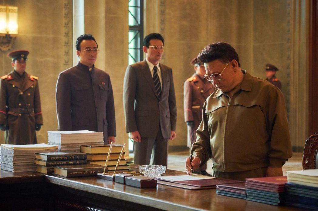 電影《北風》裡面,南韓間諜「黑金星」(左)甚至見到了北韓領導人金正日(右)。圖/