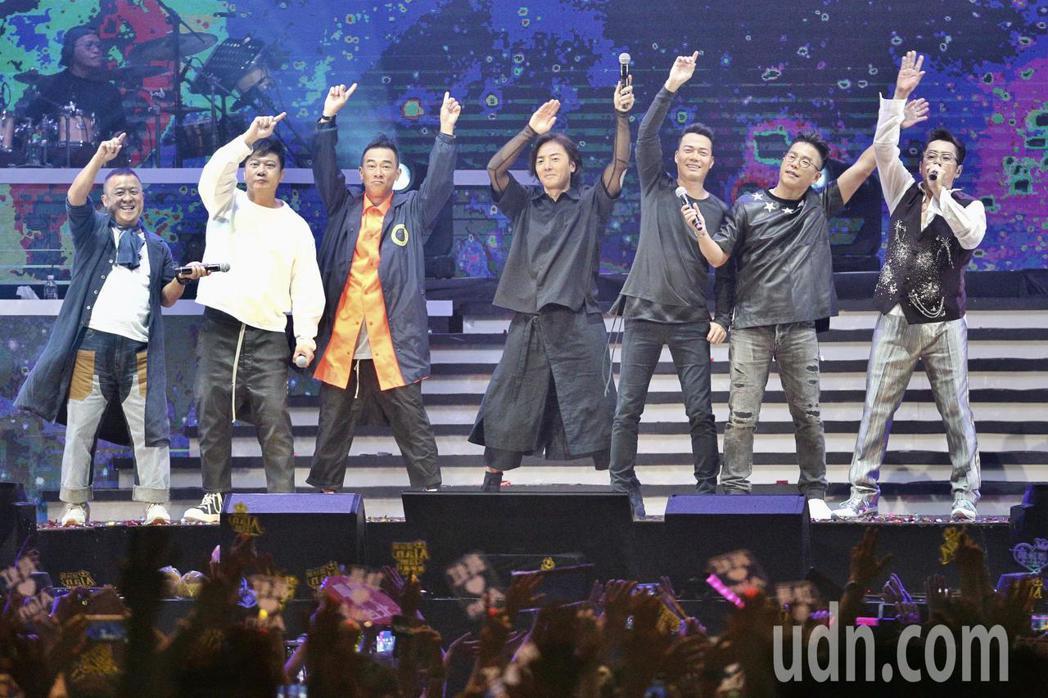 譚詠麟晚上在台北小巨蛋舉行「銀河歲月40載世界巡迴演唱會」,正在為電影「黃金兄弟
