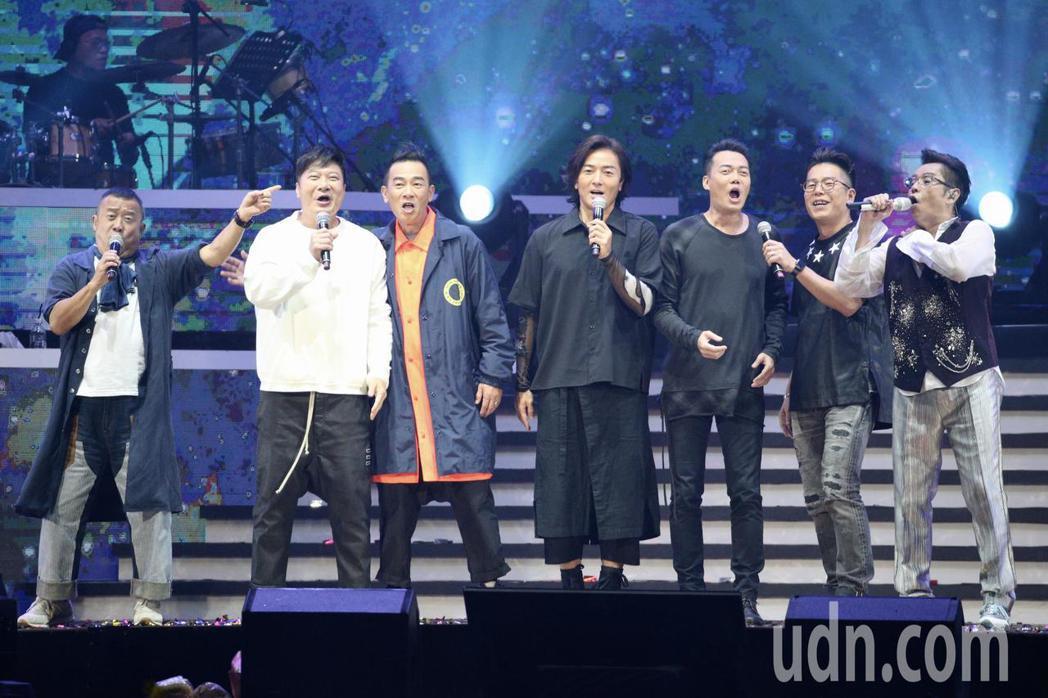 譚詠麟晚上在台北小巨蛋舉行「銀河歲月40載世界巡迴演唱會」,正在為電影「黃金兄弟...