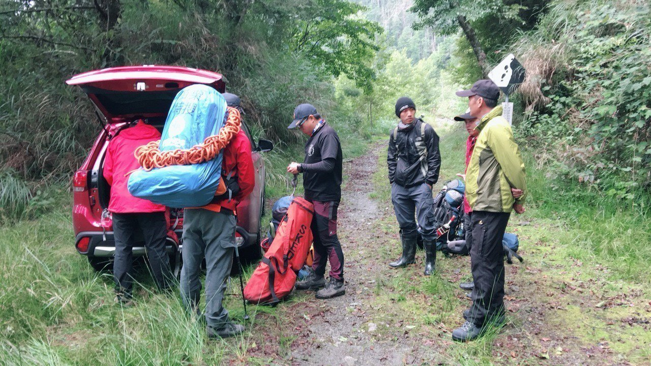 大雪山傳出登山客墜谷的山難意外,消防局空中、地面展開搶救。圖/苗栗縣消防局提供