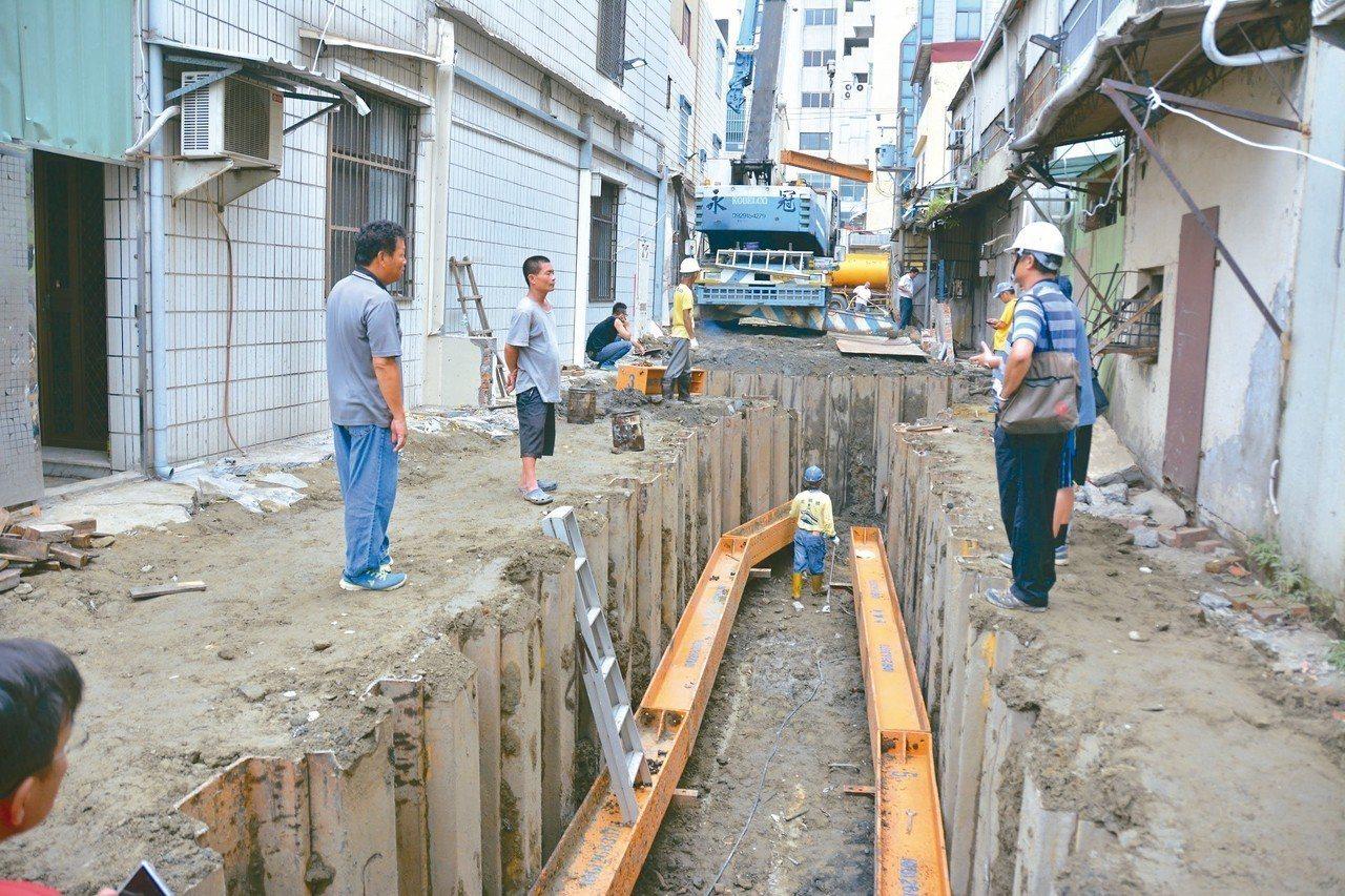 台南永康中華路一帶淹水問題,市府以開挖方式,重建箱涵排水應急。 記者吳淑玲/攝影