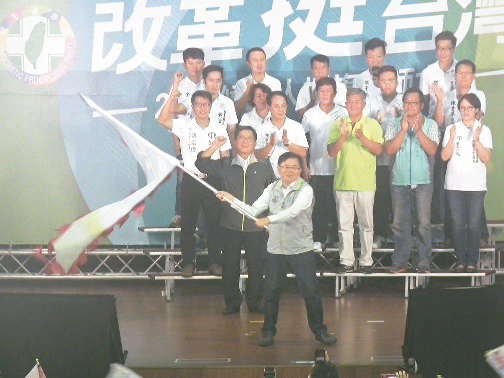 台東年底五合一選舉,包括縣長參選人劉櫂豪在內,民進黨派出18位菁英參選,昨天下午...