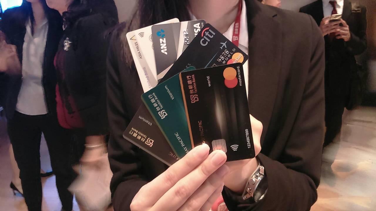 根據統計,到今年4月底,台灣持卡人歸戶後平均持有信用卡達3.93張。 圖/Mon...