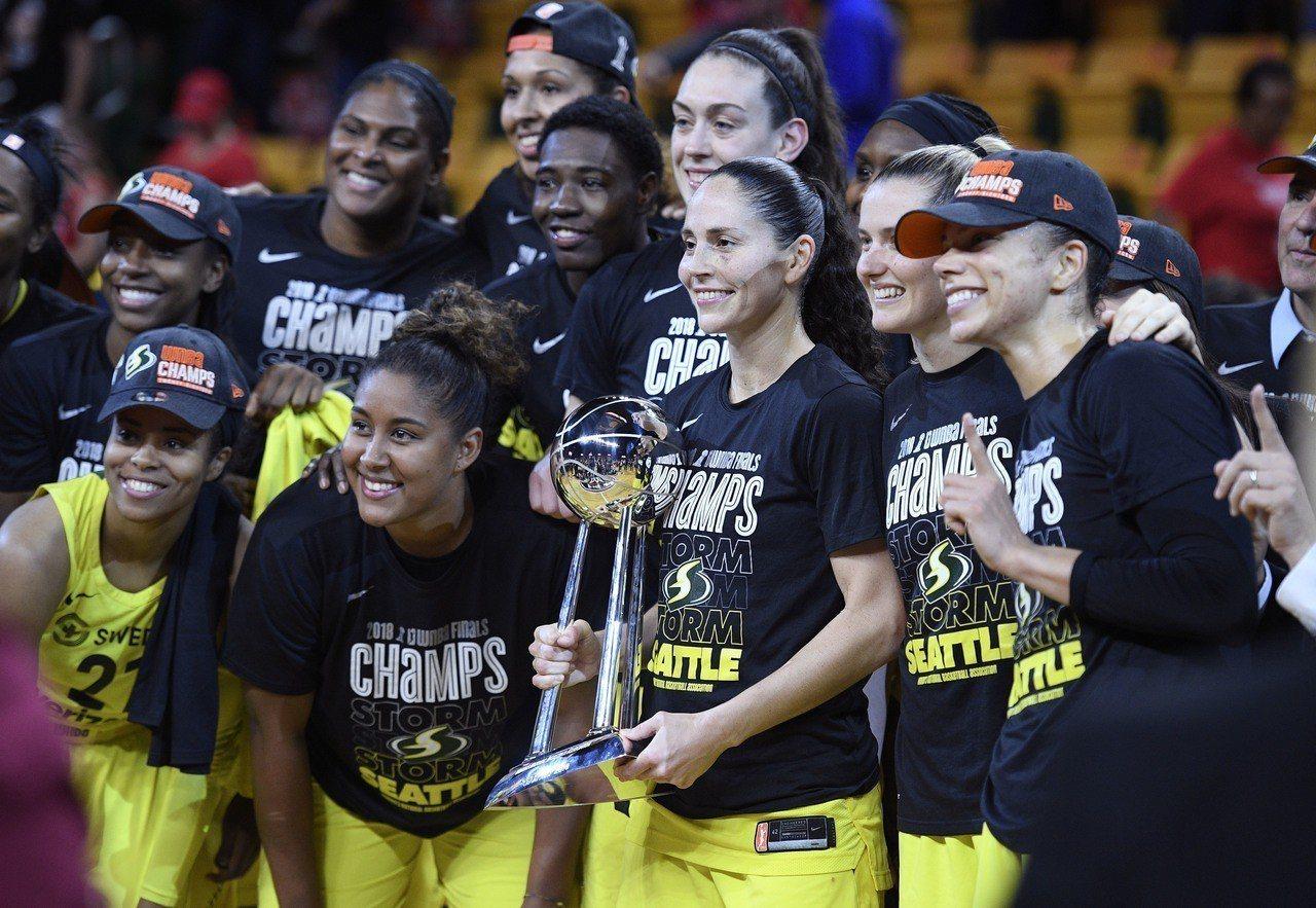 WNBA冠軍隊西雅圖風暴隊,老將柏德(中)力挺不進白宮。 美聯社
