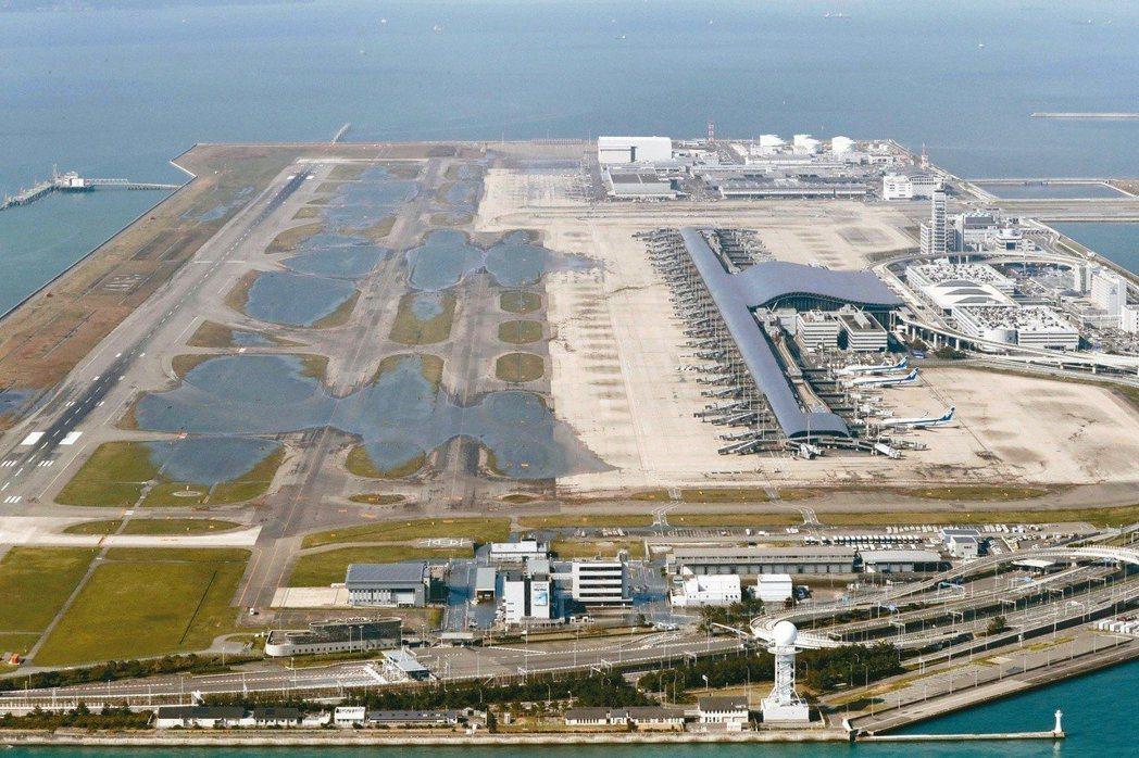 關西國際機場遭海水淹沒跑道,導致航班停飛,交通大亂。 (美聯社資料照片)