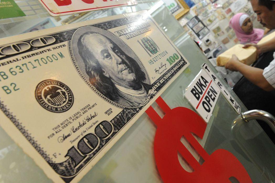 美國期中選舉、Fed結束升息循環、歐洲政治情勢緩解,可能削弱美元走勢。 法新社