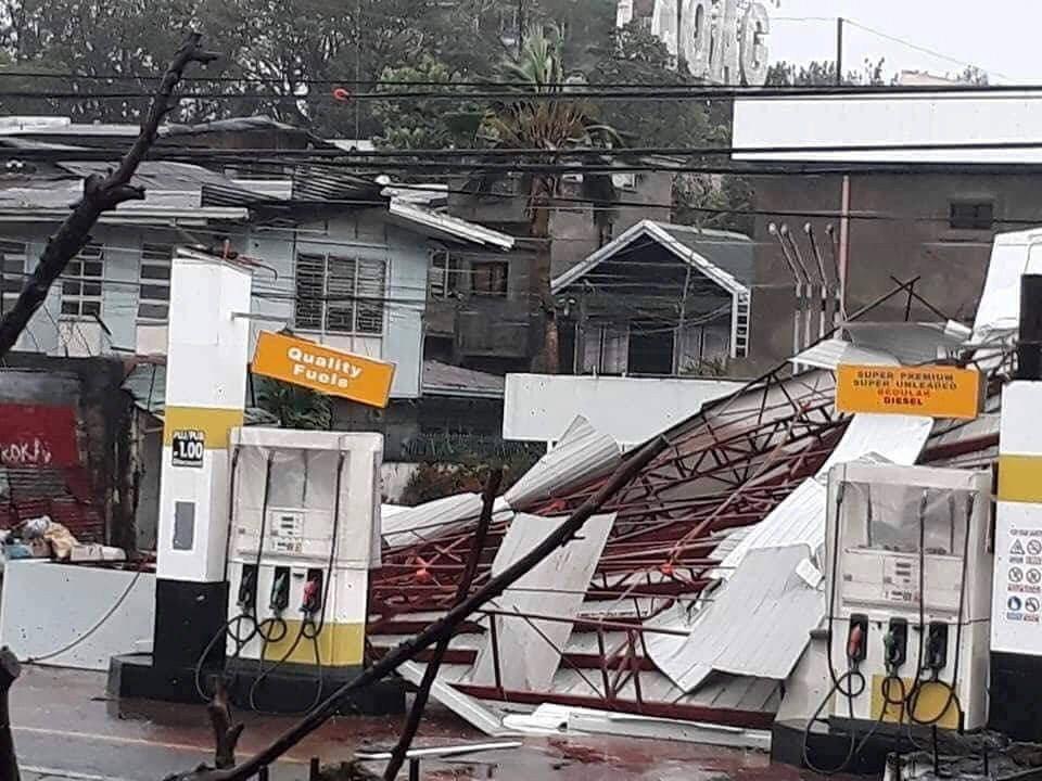 超級颱風「山竹」挾帶強風豪雨侵襲菲律賓北部,北伊羅戈省首府佬沃一處加油站被吹得東...