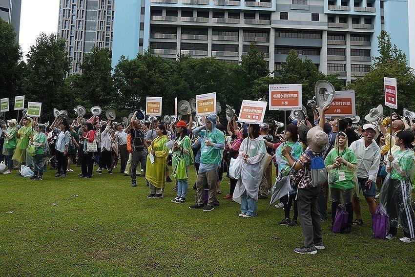 史蹟大會師參與者揮帽歡慶活動起跑。 臺北市立文獻館/提供